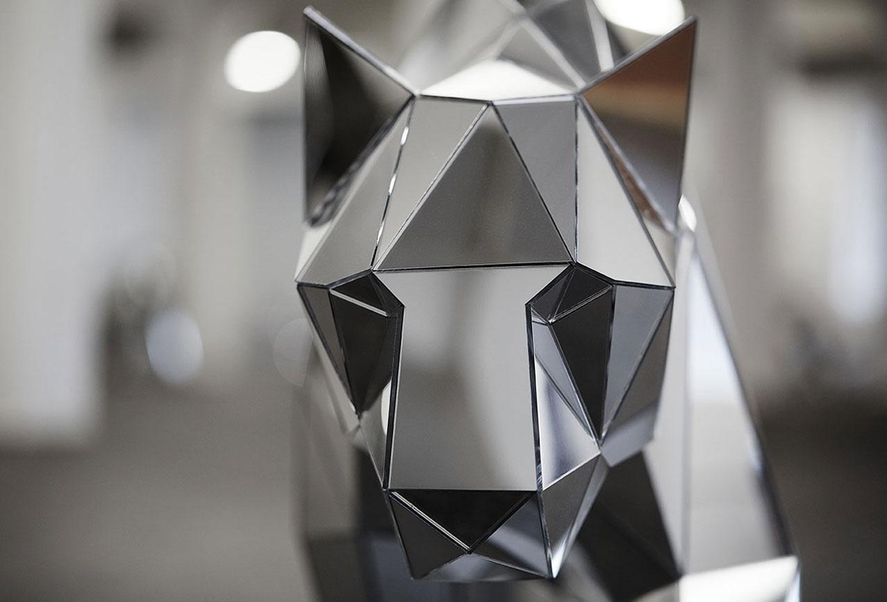esculturas de animais usando espelhos