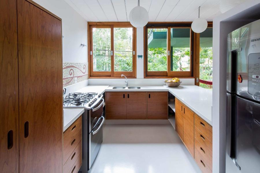 janela com acabamento de madeira