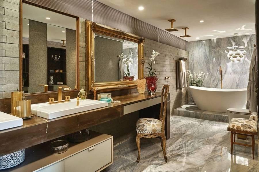 banheiro com espelho com moldura dourada - tipos de espelhos